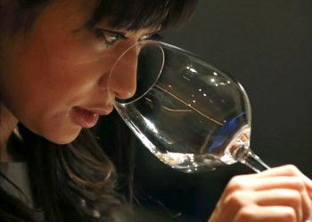 giapponese beve vino